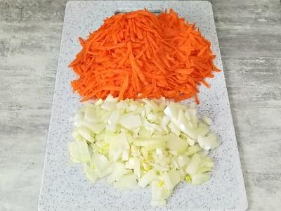 лук и морковь нашинковать для торта