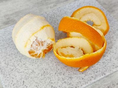 снять корку с апельсина