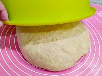 в тесто добавить мягкое сливочное масло и остаток муки