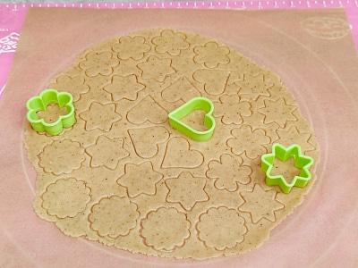 вырезать печенье формами
